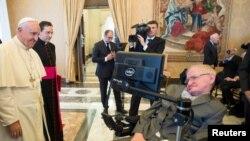 Paus Fransiskus menyapa Stephen Hawking, ahli fisika teori dan kosmologi, dalam pertemuan dengan Akademi Ilmu Pengetahuan Kepausan di Vatikan (28/11).
