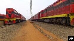 Locomotivas paralizadas na estação de caminhos de ferro do Musseque, em Luanda.