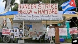 Los activistas del exilio cubano, Alexis Gómez y Ramón Saúl Sánchez que estaban en huelga de hambre en Miami, Florida, para llamar la atención sobre el caso, levantaron la medida
