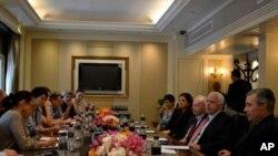 အေမရိကန္ အထက္လႊတ္ေတာ္အမတ္ John McCain ၊ Joseph Lieberman ၊ Sheldon Whitehouse နဲ႔ Kelly Ayotte တို႔ ျမန္မာႏိုင္ငံ ခရီးစဥ္မတိုင္ခင္ သတင္းေထာက္မ်ားနဲ႔ ဘန္ေကာက္ၿမိဳ႕မွာ ေတြ႔ဆံုေနစဥ္။ (ဇန္န၀ါရီလ ၂၁၊ ၂၀၁၂)