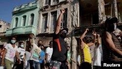 Los manifestantes portan carteles contra el gobierno en una protesta masiva en La Habana, la capital de Cuba, el 11 de julio de 2021.
