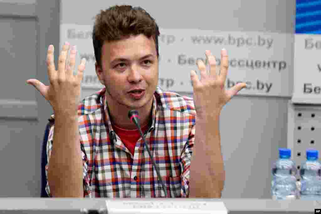 Belarusun dissident jurnalisti Raman Prataseviç Minsk Xarici İşlər Nazirliyinin Milli Mətbuat Mərkəzində mətbuat konfransında danışarkən