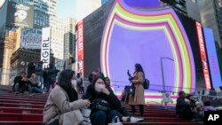 15일 미국 뉴욕 타임스퀘어에서 여행객들이 마스크를 착용하고 있다.