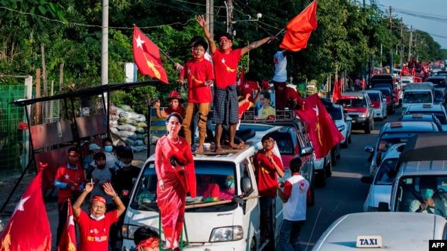 缅甸全国民主联盟的支持者带着昂山素季的图像涌上街头游行,他们预期该党将获得缅甸议会选举胜利。2020年11月10日图片。