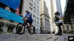 Patung The Fearless Girl di depan Bursa Saham New York, Rabu, 16 Juni 2021. Para pelaku pasar menunggu keputusan bank sentral AS, the Fed, mengenai arah suku bunga acuan.