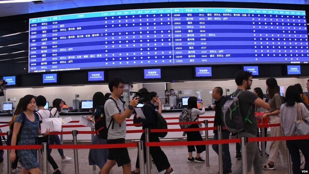 广深港高铁香港段西九龙站售票处正式开始预售车票。(美国之音汤惠芸)