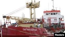 Wata tankar mai a gabar daya daga cikin tasoshin jigilar mai na Libiya.