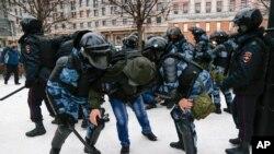 23일 러시아 수도 모스크바에서 알렉세이 나발니 석방 촉구 시위 참가자(가운데)가 경찰에 제압당하고 있다.