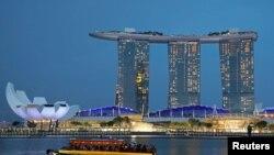 စင္ကာပူႏုိင္ငံ Marina Bay Sands ဟုိတယ္အနီးမွ ျဖတ္သြားေနသည့္ ကမၻာလွည့္ခရီးသည္တင္ ေလွတစီး။ (ဇူလုိင္ ၃၊ ၂၀၁၉)