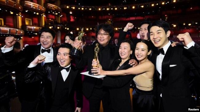 """Đạo diễn Bong Joon Ho và dàn diễn viên trong """"Parasite"""" chụp ảnh tại lễ trao giải Oscar ở Hollywood vào ngày 9/2/2020."""