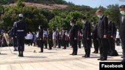 美国在台协会台北办事处处长郦英杰2020年8月23日在金门参加纪念1958年823战役活动,与台湾总统蔡英文一起向当年在战役中牺牲的官兵致敬。(美国在台协会脸书)