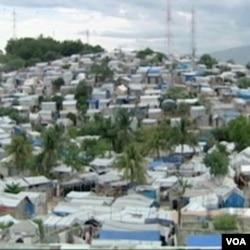 Nakon katastrofalnog zemljotresa u januaru na stotine hiljada ljudi, koji su ostali bez doma, još uvijek žive u šatorskim naseljima