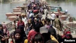 Warga muslim Sunni-Irak mengungsi dari kota Ramadi berusaha memasuki Baghdad akhir bulan lalu (foto: dok).