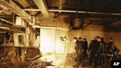 Policía de Nueva York y bomberos inspeccionan el cráter de la bomba dentro del World Trade Center el 27 de febrero de 1993, un día después del ataque fatal por una facción islámica.