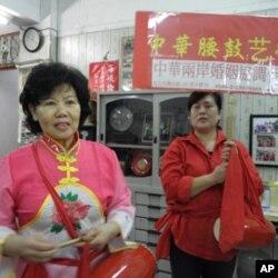 大陸配偶馮永貞 (左) 胡淑香 (右)