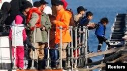 Di dân ra khỏi tàu của lực lượng hải giám Thổ Nhĩ Kỳ ở thị trấn ven biển Dikili của nước này ngày 6/4/2016.