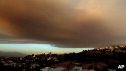 Une fumée se dégage au-dessus de la ville de Los Angeles, en Californie, le 22 juillet 2016.