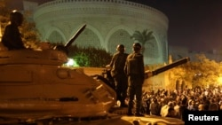 Members of Egypt's Republican Guard Force are seen standing atop a tank near the presidential palace in Cairo (file photo).
