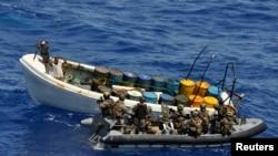 "Pasukan Angkatan Laut Jerman sebagai bagian dari Operasi Atalanta Uni Eropa menggeledah sebuah kapal tersangka bajak laut di lepas pantai Tanzania, 4 November 2011 (Foto: dok). Uni Eropa mulai menggelar operasi ""Sophia"", Rabu (7/10), untuk menggeledag dan menyita kapal yang dicurigai melakukan penyelundupan manusia."