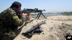 مقامات امنیتی می گویند که جنگ شدید برای دفاع از ولسوالی سنگین جریان دارد