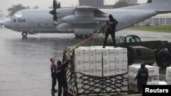 Quân nhân Mỹ và Philippines chuẩn bị các thùng hàng cứu trợ của cơ quan hỗ trợ phát triển quốc tế Hoa Kỳ, USAID, để đưa đến cho nạn nhân bão Haiyan