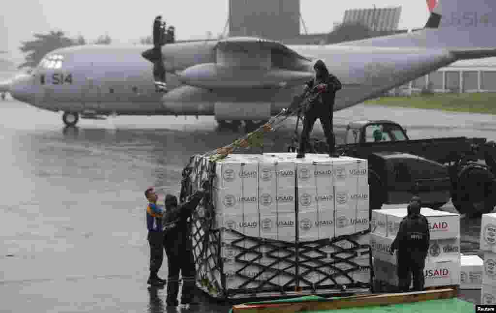 جہاز سے ہنگامی امداد کی اشیاء تکلوبان شہر میں پہنچائی جائیں گی۔