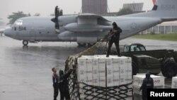 Разгрузка американской помощи Филиппинам
