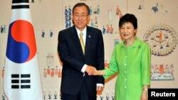 박근혜 한국 대통령(왼쪽)이 23일 청와대에서 방한 중인 반기문 유엔 사무총장을 접견하고 DMZ 세계평화공원 조성 방안에 대해 논의했다.