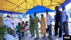 Rakyat Nigeria kembali mendatangi TPS-TPS untuk menyalurkan suara mereka bagi pemilihan gubernur negara bagian, Selasa (26/4).