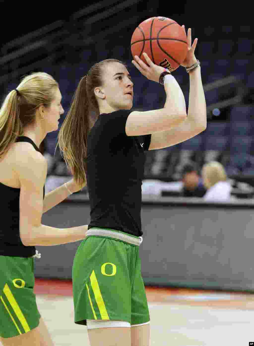 مسابقات بسکتبال کالج های آمریکا در گروه مردان و زنان به مرحله پایانی رسیده است. این دو بسکتبالیست زن، از تیم اورگان، جزو چهارتیم نهایی مسابقات بسکتبال کالج زنان هستند.