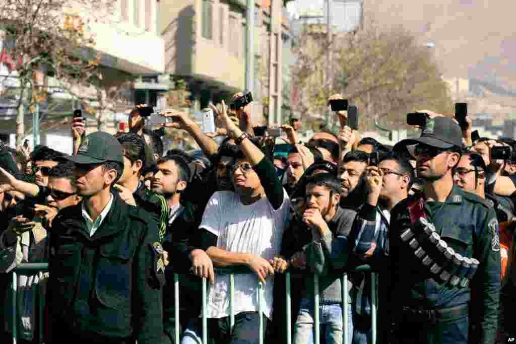 1月24日。 伊朗南部。盜竊集團成員被判有罪﹐懲罰之一是當眾切3根手指。現場觀眾用手機拍攝切指情景。(美聯社)