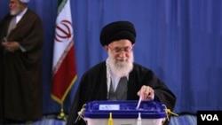 Ayatollah Ali Khamenei saat memberikan suara dalam pemilu parlemen Iran di Teheran (3/3). Kelompok konservatif pendukung Khamenei memenangkan pemilu Iran.