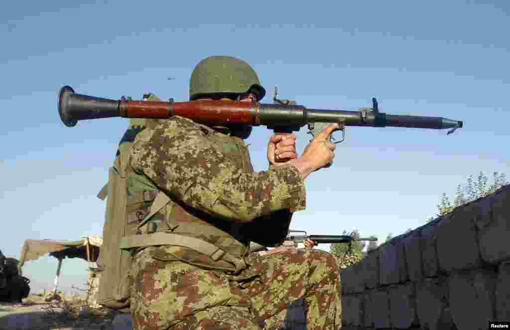 ایک فوجی اپنی پوزیشن پر چوکس بیٹھا ہے