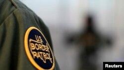Un parche con el logtipo del a Patrulla Fronteriza de EE.UU. en el uniforme de un agente cerca de la frontera entre México y EE.UU., en una del 26 de marzo de 2013.