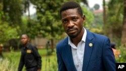 រូបឯកសារ៖ មេដឹកនាំបក្សប្រឆាំងលោក Robert Kyagulanyi ដែលត្រូវបានគេស្គាល់ថា Bobi Wine ដើរទៅគេហដ្ឋានរបស់លោកវិញ បន្ទាប់ពីបានធ្វើសន្និសីទកាសែតនៅខាងក្រៅទីក្រុងកំប៉ាឡា ប្រទេសអ៊ូហ្គាន់ដា នៅថ្ងៃទី១៥ ខែមករា ឆ្នាំ២០២១ មួយថ្ងៃបន្ទាប់ពីពលរដ្ឋអ៊ូហ្គាន់ដា បានទៅបោះឆ្នោត។