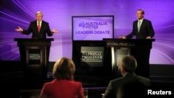 Thủ tướng Australia Kevin Rudd (trái) và nhà lãnh đạo đối lập, thuộc đảng bảo thủ Tony Abbott, trong mtộ cuộc tranh luận ở Canberra
