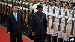 shugaban China Xi Jinpin da shugaba Jonatahan suke duba pareti.