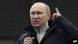 ນາຍົກລັດຖະມົນຕີຣັດເຊຍ ທ່ານ Vladimir Putin ກ່າວຖະແຫຼງໃນລະຫວ່າງການໂຮມຊຸມນຸມຄັ້ງໃຫຍ່ຂອງ ພວກສະໜັບສະໜຸນທ່ານ ທີ່ສະໜາມກິລາ Luzhniki ໃນກຸງມົສກູ (23 ກຸມພາ 2012)