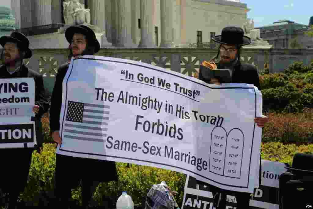 2015年4月28日反对同性婚姻的活动人士聚集在高等法院外面示威(美国之音杨晨拍摄)