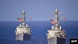 Các tàu khu trục USS McCampbell (DDG 85), trái, và tàu khu trục USS Curtis Wilbur (DDG 54) thuộc Hạm đội 7 của Hoa Kỳ