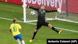Golman Srbije Vladimir Stojković zaustavlja šut Nejmara na stadionu u Moskvi (Foto: AP/Antonio Calanni)