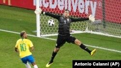 Golikipa wa Serbia Vladimir Stojković amnyima Neymar fursa ya kupata goli katika mechi yao ya Jumatano.