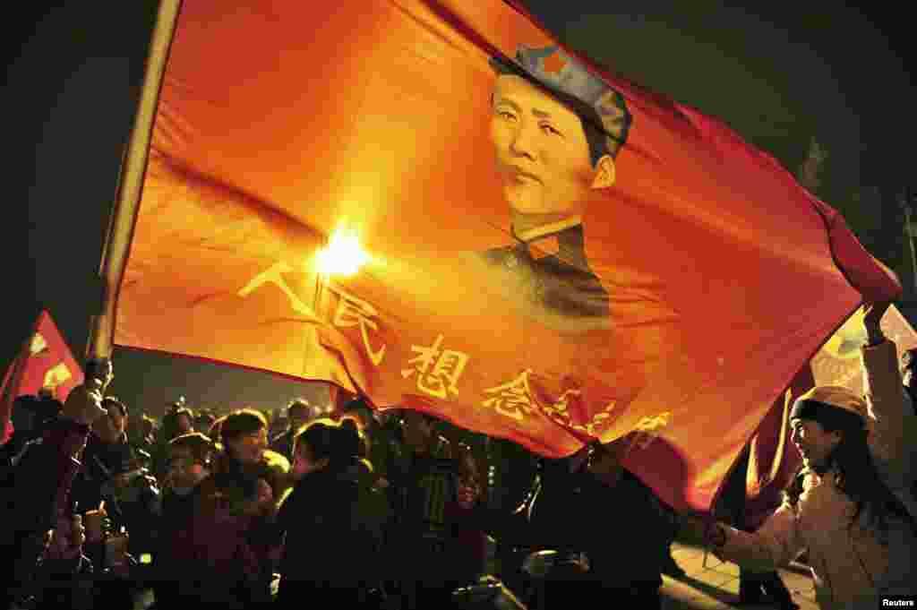 중국 마오쩌둥 전 주석 탄생 120주년을 맞은 26일, 그의 생가가 있는 샤오산에 추모객들이 몰려들었다.