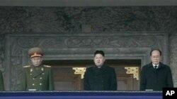 北韓新領導人金正恩(中)﹐在他身邊的的是金永南(右)和李英浩(左)。
