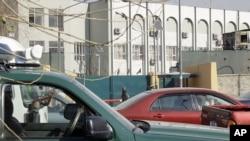 Cảnh sát Afghanistan canh gác bên ngoài trụ sở cảnh sát ở Kabul, nơi một cố vấn Mỹ bị giết chết, ngày 24/12/2012.