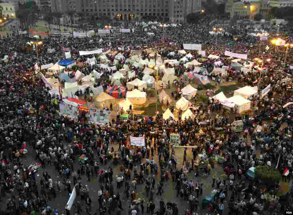 A shot of Tahrir Square in Cairo as night falls, November 27, 2012. (J. Weeks/VOA)