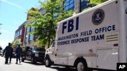 """美国联邦调查局的""""证据反应组""""的汽车停在华盛顿海军大院一座建筑外面,搜集一次开枪滥杀案件的证据(2013年9月18日)"""