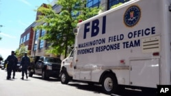 지난 2013년 9월, 워싱턴 해군 복합단지에서 총격 사건이 발생하자 출동한 FBI 증거대응팀 트럭. (자료사진)