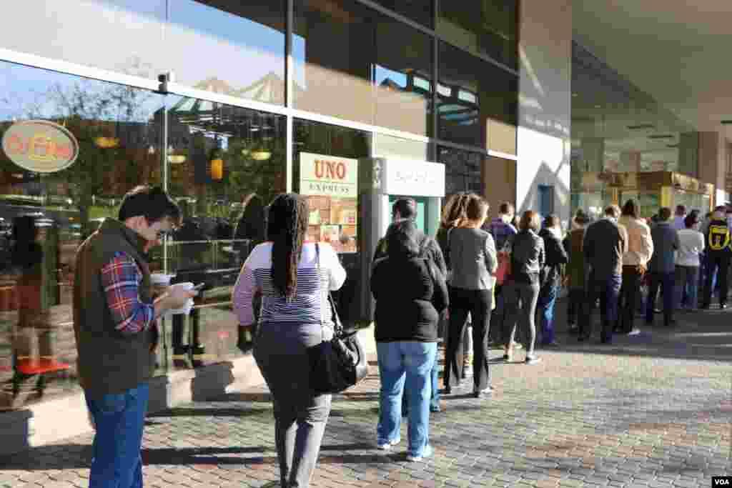 در خیابان سوم شهر واشنگتن، صف رای طولانی شکل گرفته است.