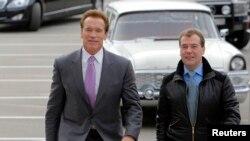 Prezident Dmitri Medvedev Kaliforniya qubernatoru Arnold Schwarzeneggeri Skolkovoda qarşılayır.